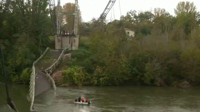 Ve Francii se zřítil most, auta popadala do řeky. Zemřela patnáctiletá dívka