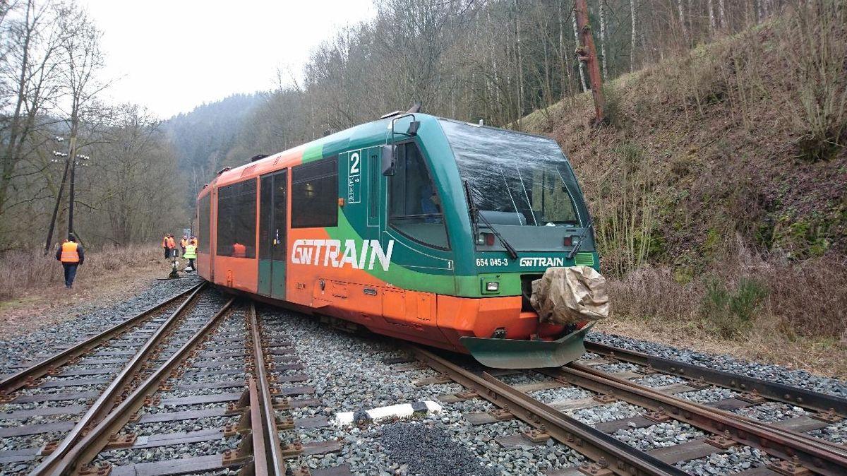 Vlak na Karlovarsku při jízdě přes výhybku vykolejil