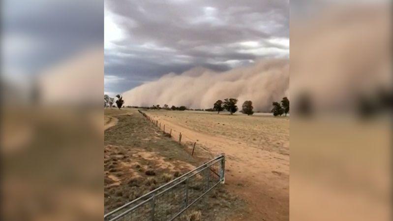 Valící se oblaka písku změnila den v noc. Australany potrápil další rozmar počasí