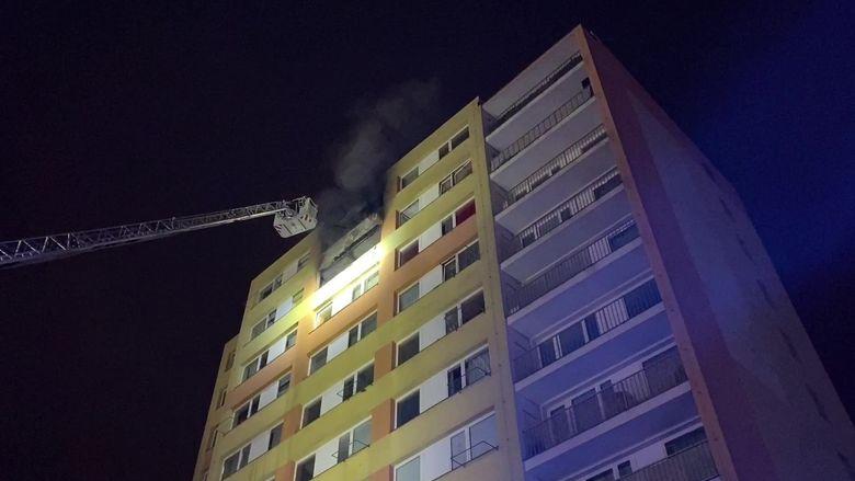 Při požáru bytu v paneláku v Kladně zemřela žena