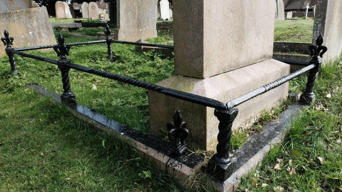 Šokovaná rodina zjistila, že už rok pláče na špatném hrobě