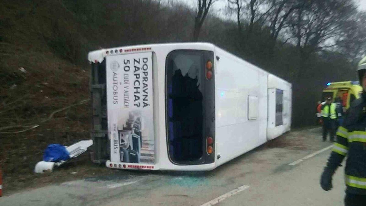 U Košic se převrátil autobus, šest zraněných