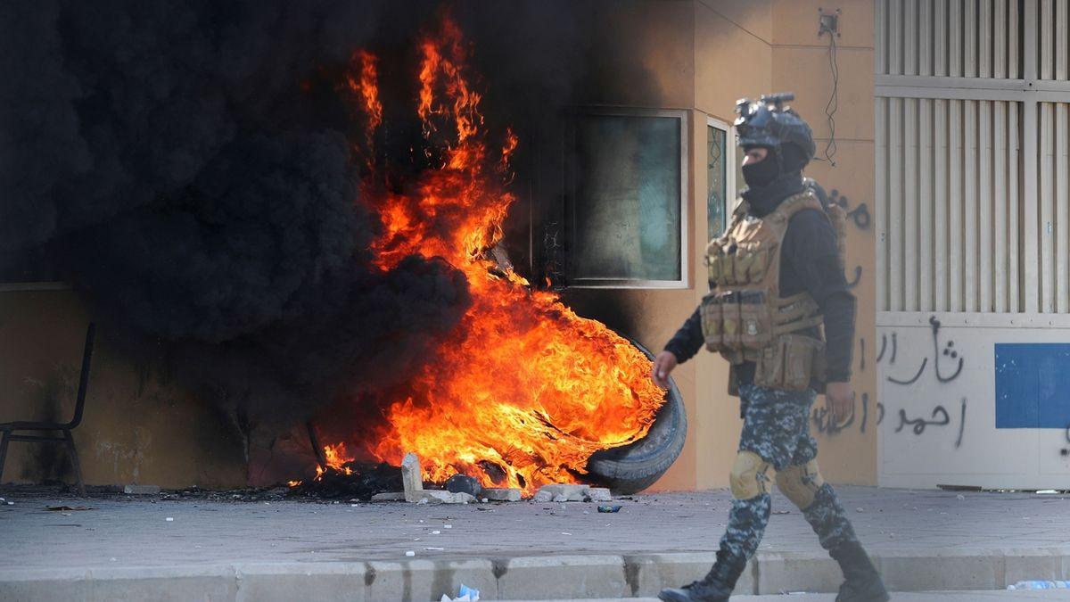 Hořící pneumatiky u amerického velvyslanectví v Bagdádu během protestů proti zabití íránského generála Kásima Sulejmáního