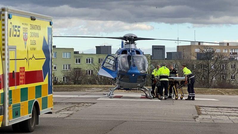 Muži na Příbramsku explodovala pyrotechnika v ruce, letěl pro něj vrtulník