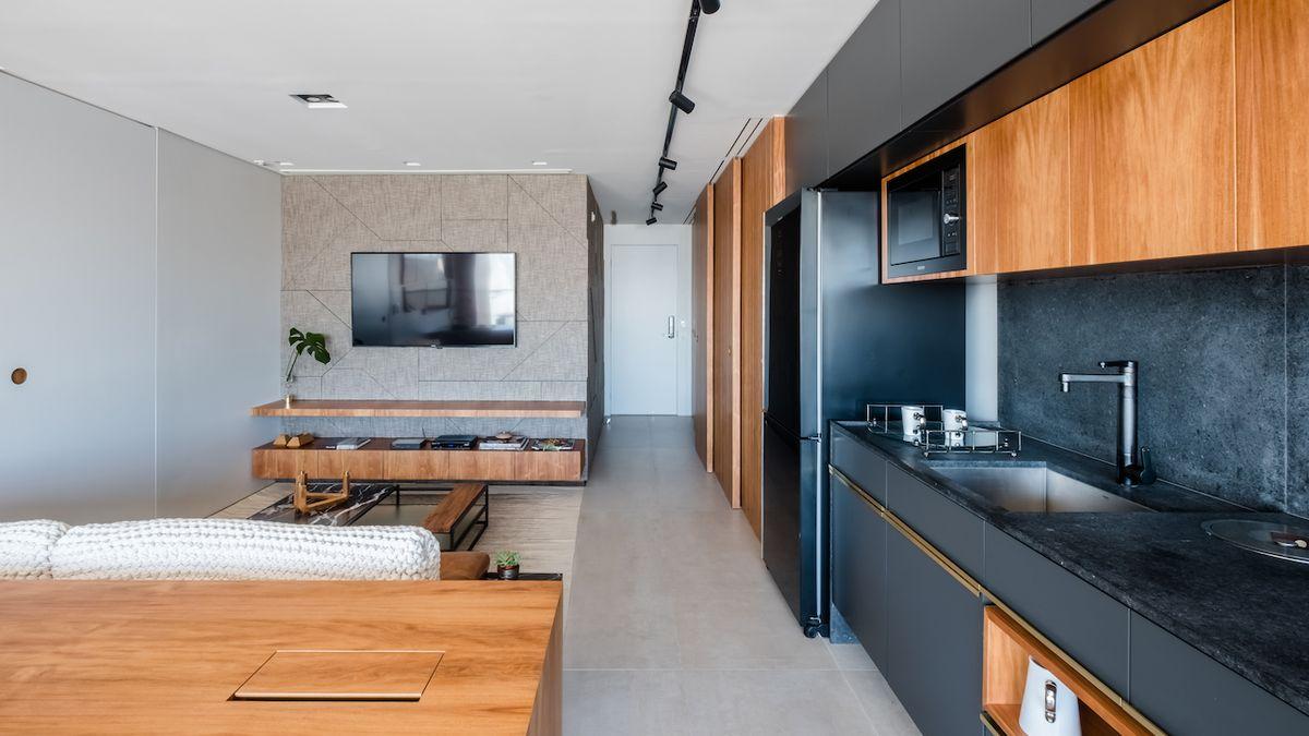 Bytu po rekonstrukci dominují mahagon a černý mramor
