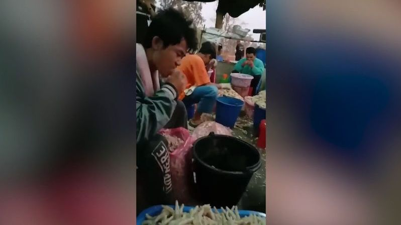 Dělníci thajské drůbežárny stahovali kuřecí pařáty pomocí zubů. Lidé to prý měli rádi