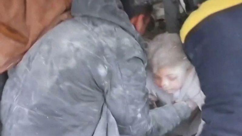 Z trosek rozbombardovaných domů v Sýrii vyhrabali živou dívku