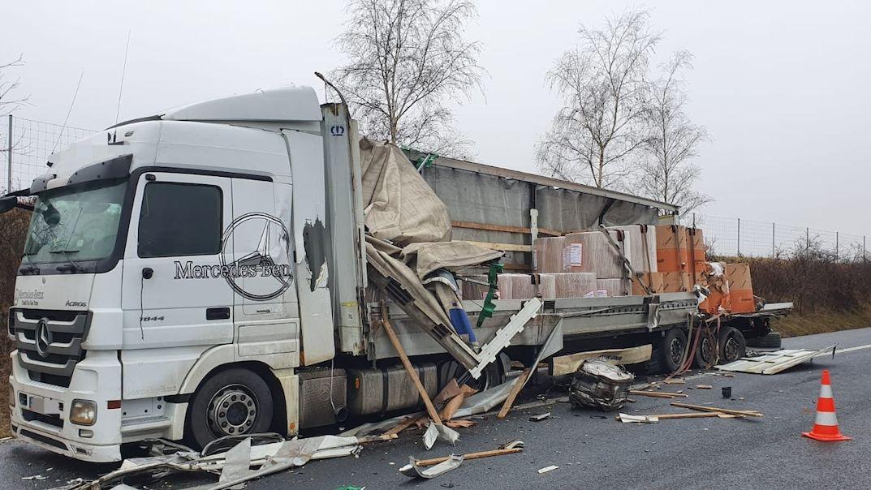 Srážka dvou náklaďáků zastavila provoz na dálnici na Mělnicku