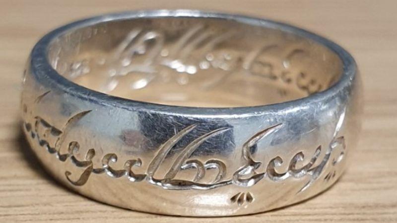 Čí je to prsten? ptala se policie. Sauronův, odpověděl internet