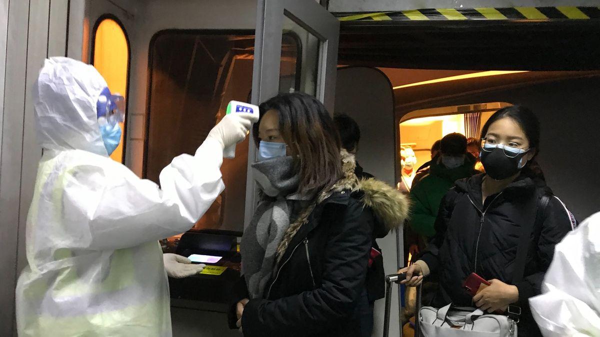 Žena z Wu-chanu s teplotou přelstila kontrolu na letišti. Dostala se do Evropy