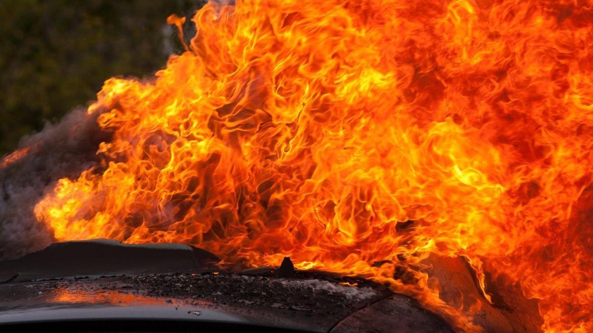 Hořící auto se ve Slovinsku samo nastartovalo a rozjelo