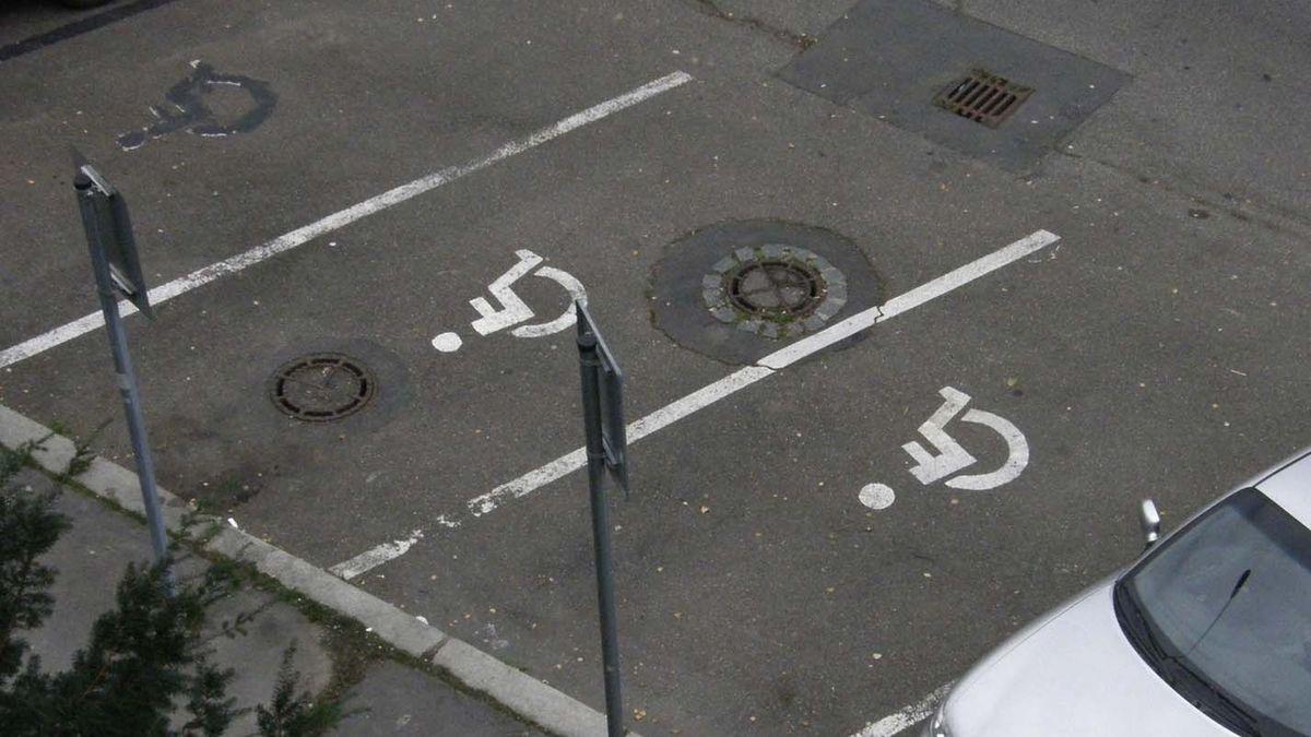 Parkovací místa pro invalidy zabírají drzouni