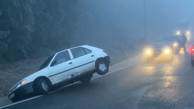 Řidiči kolem Prahy bourali, zaskočila je ledovka a mlha