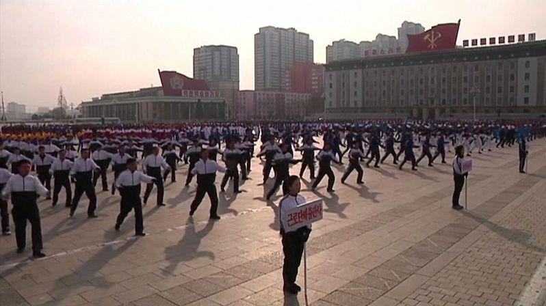 Severokorejští úředníci oslavili Nový rok cvičením v ulicích