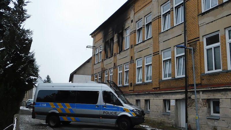 Rozbité stropy, promočená budova. Vejprty čekají na verdikt statika
