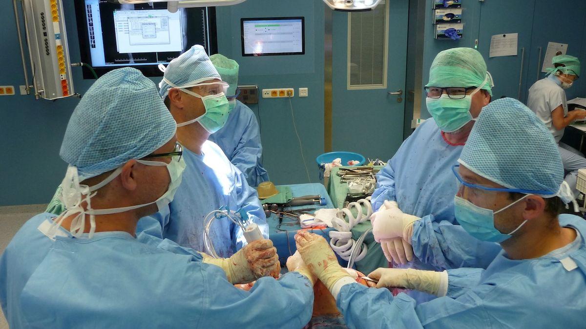 Lékaři v Brně vyměnili při unikátní operaci zároveň oba kolenní klouby