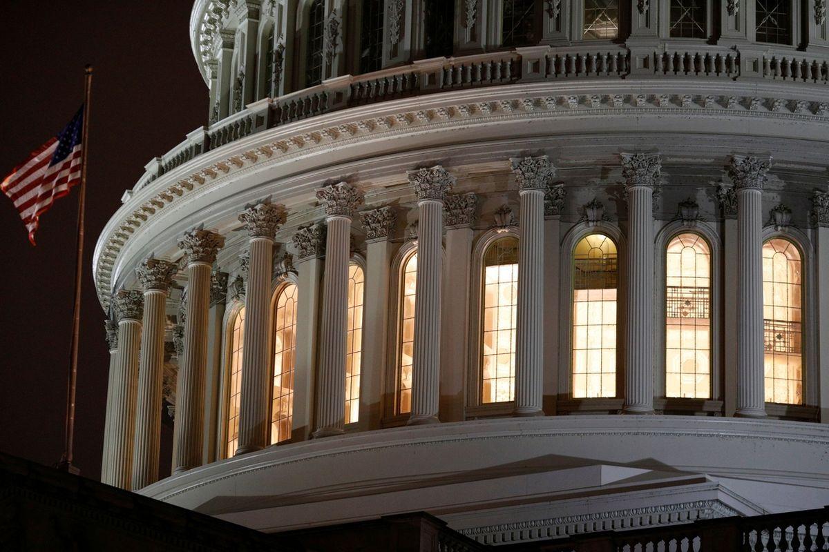 Budava Kapitolu Spojených států, kde sídlí obě komory amerického Kongresu (Senát a Sněmovna reprezentantů) před senátním hlasováním o balíčku na podporu ekonomiky stižené pandemií nemoci Covid-19.