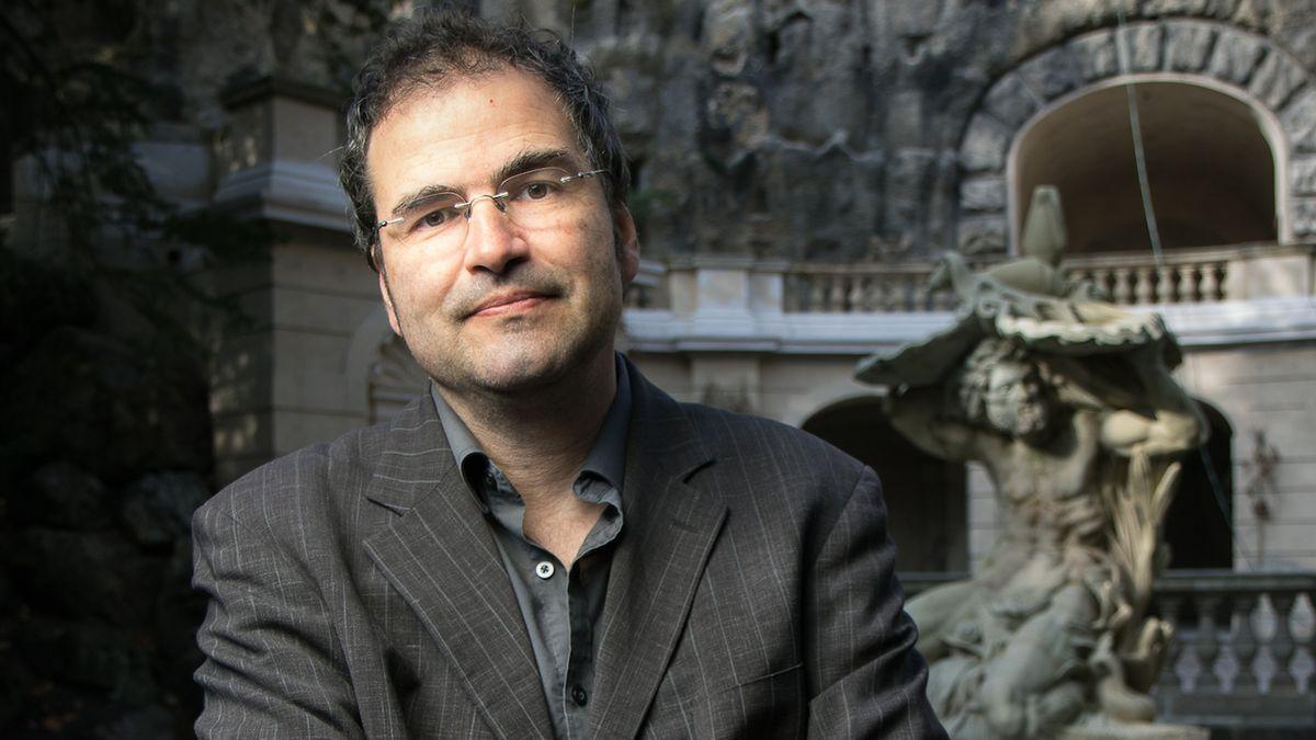 Marek Toman (1967) je prozaik, básník, překladatel a publicista, pracuje na Ministerstvu zahraničních věcí ČR.