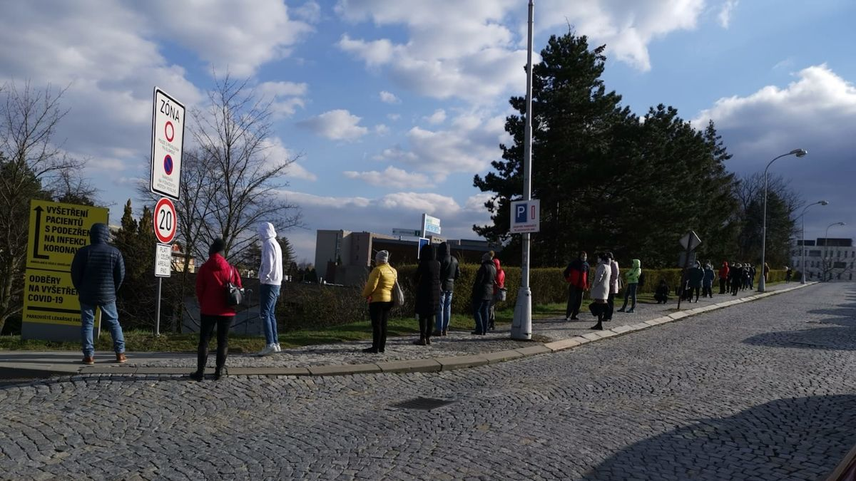 Kilometrová fronta lékařů. Tak vypadal první výdej respirátorů v Olomouci