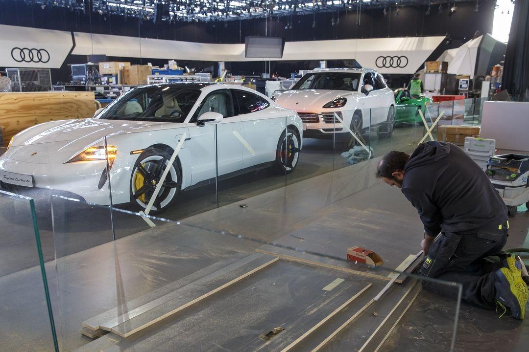 Přípravy ženevské autoshow z pátku 28. února.