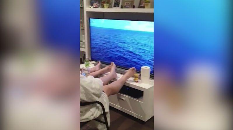 Na plavbu výletní lodí k výročí svatby nemohli, tak si ji udělali v obýváku