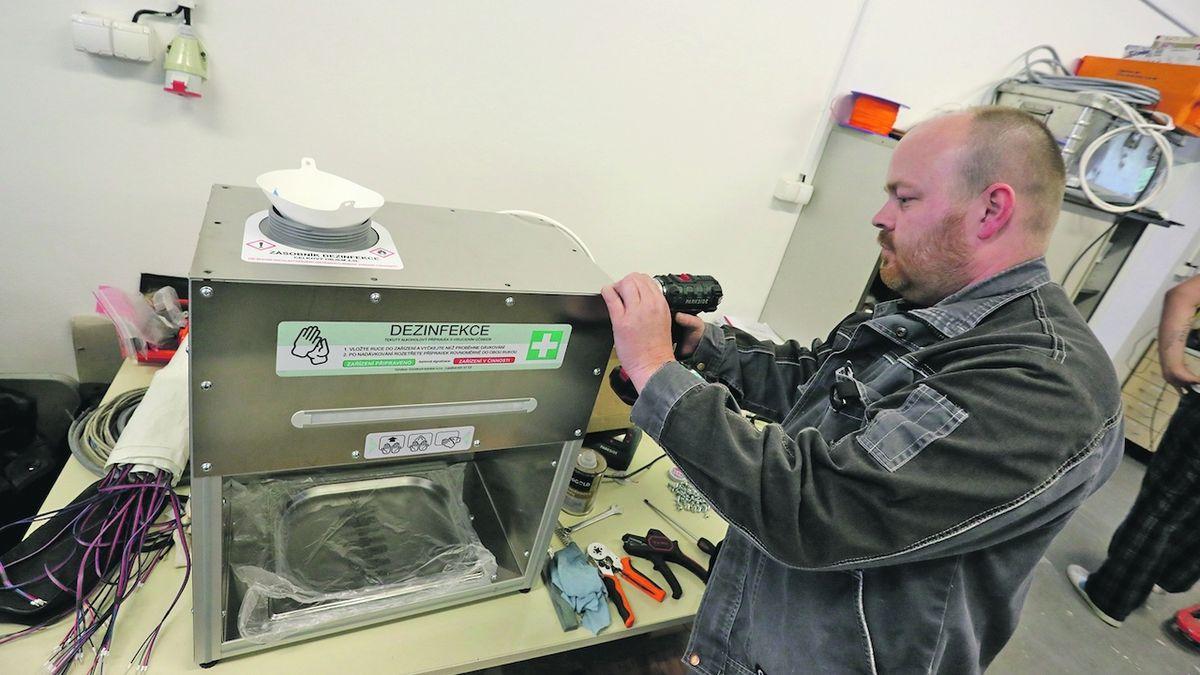 Firma z Břeclavska vymyslela dávkovač dezinfekce přes noc