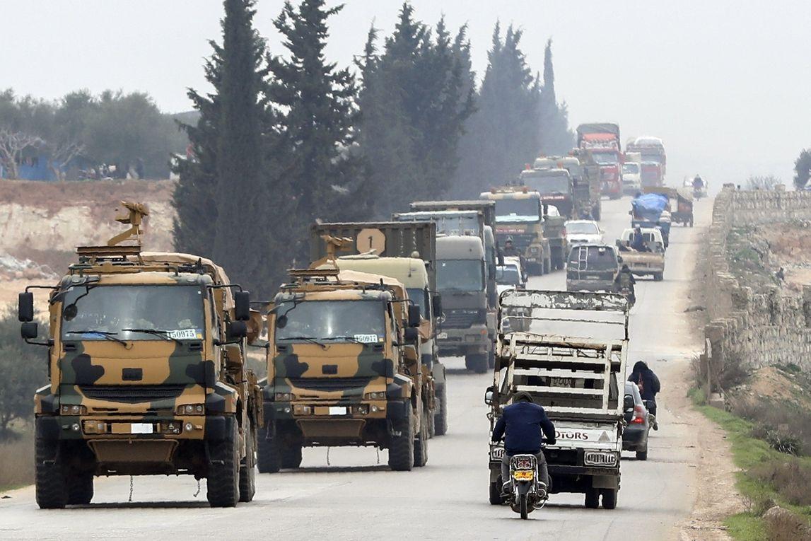 Turecký vojenský konvoj na severu syrské provincie Idlib