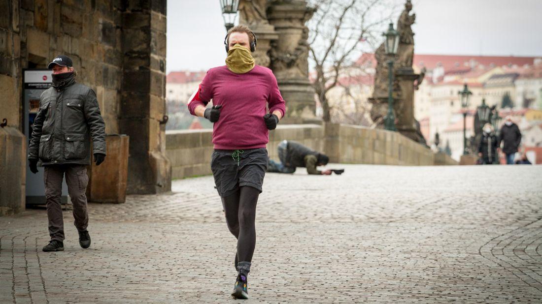 Jak se nosily roušky v Česku. Vojtěch oznámil nová plošná opatření