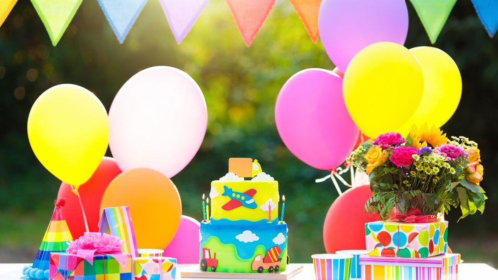 Chlapec nemohl mít narozeninovou oslavu, tak kolem něj alespoň projela kolona gratulantů