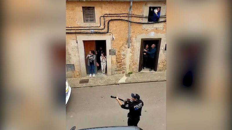 Španělští policisté nedbali na siestu a roztančili ulici