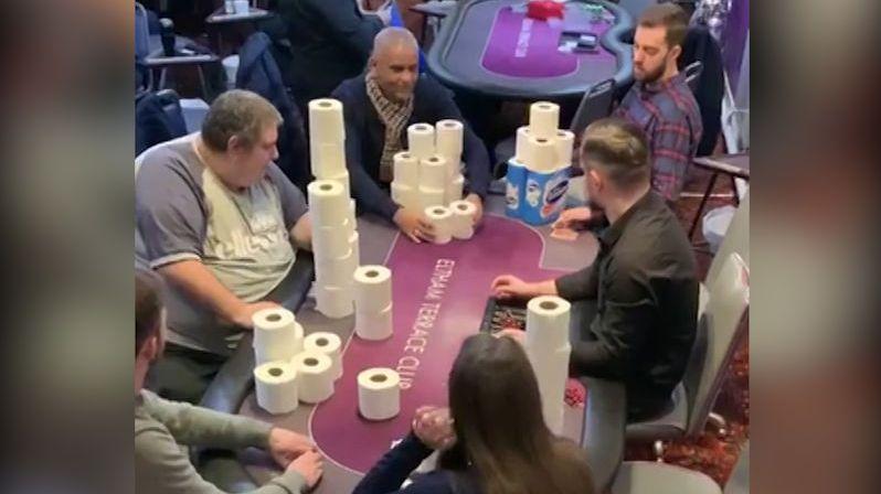 V soukromém klubu v Londýně hráli poker o toaletní papír