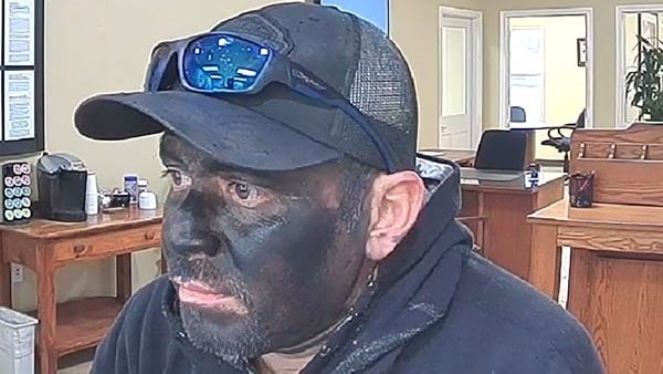 Lupič se na vyloupení banky nevybavil příliš propracovanou maskou