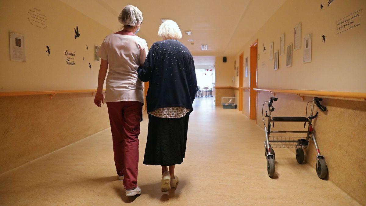 V domovech seniorů začne plošné testování na koronavirus