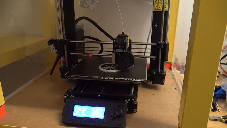 Vědci z ČVUT testují další ochrannou pomůcku z 3D tiskáren. Má být i pro veřejnost