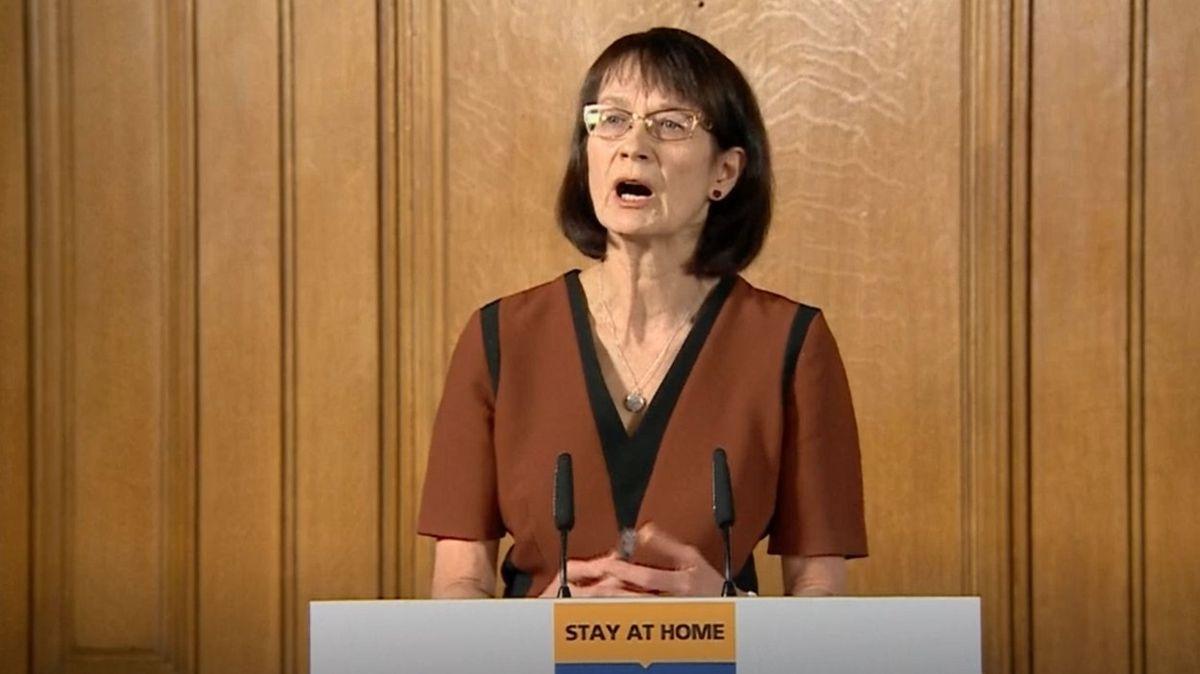 Sestěhujte se, nebo se nescházejte, vyzvala britská vláda páry, které spolu nebydlí