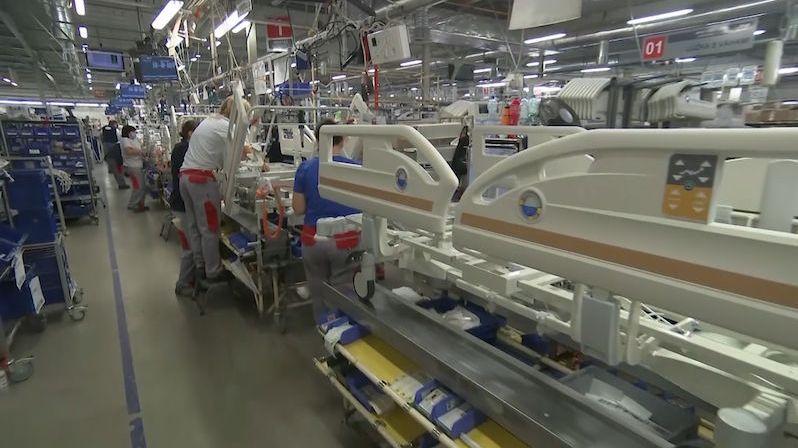 Stovky nemocničních postelí nabízí vedle Linetu ještě druhá firma
