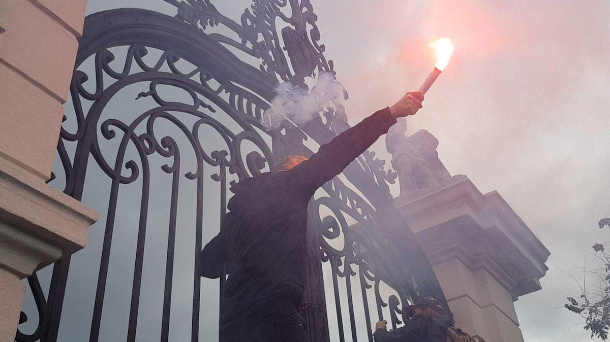 Pět let natvrdo. Čech jde na Slovensku do vězení, při demonstraci házel kameny na policisty