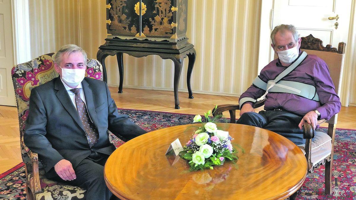 Zeman doporučil Rafajovi rezignaci
