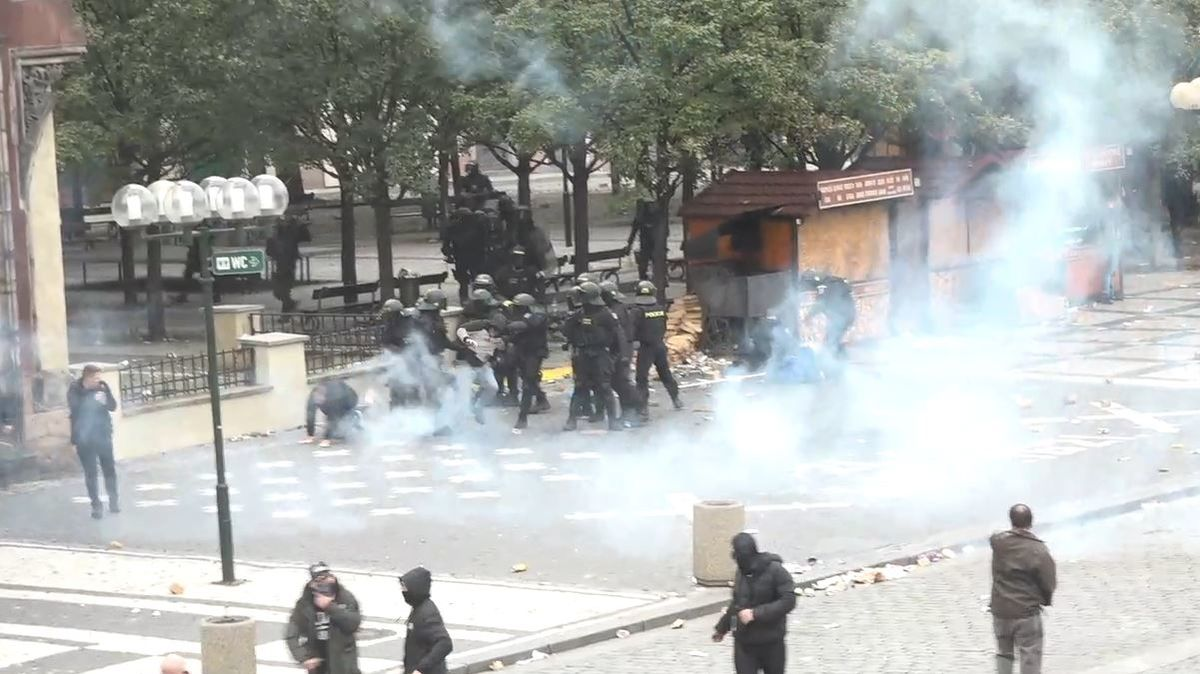 Babiš odsoudil bezohlednost demonstrantů v  centru Prahy, Zeman pochválil zásah