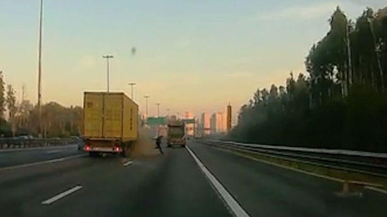 Vteřinu před nárazem kamionu řidič utekl od auta, které opravoval uprostřed dálnice
