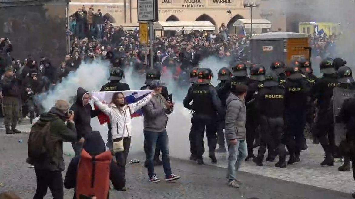 Policie kvůli demonstraci na Staroměstském náměstí obvinila osm lidí