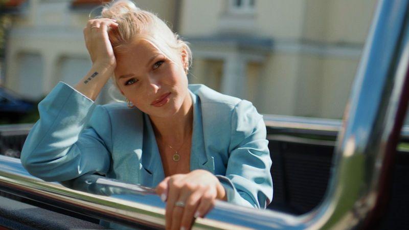 Zpěvačka Nykki představuje videoklip o vzdálenosti i upoutanosti mladého páru