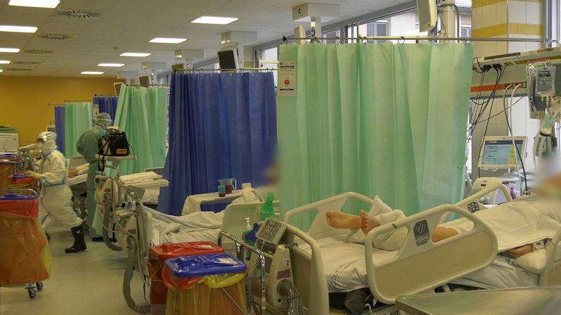 Záběry z covidového oddělení karlovarské nemocnice. Lůžek už moc nezbývá