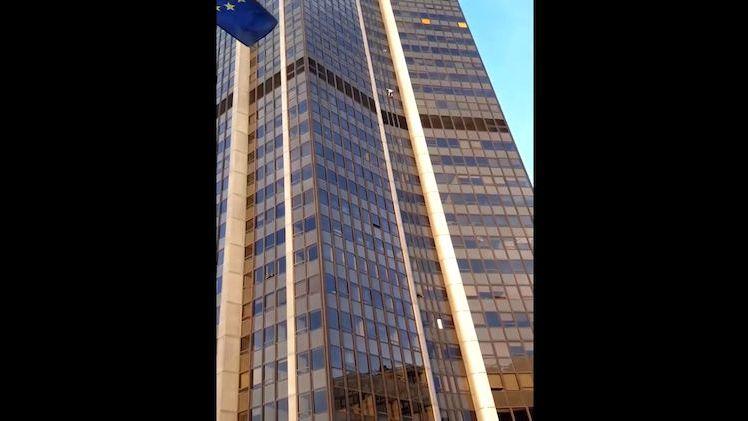 Neznámý muž vylezl bez jištění na druhou nejvyšší budovu Paříže