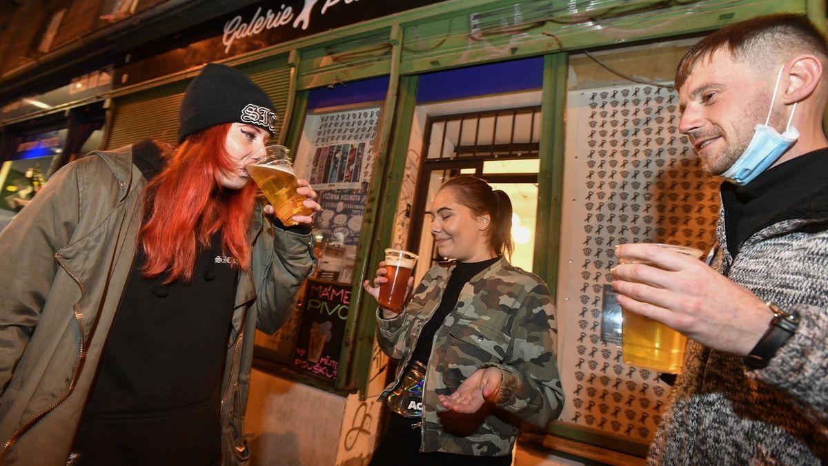 """Ani pivo. K okénku pouze kvůli """"vystravování"""", konzumace alkoholu se přesune do soukromí"""