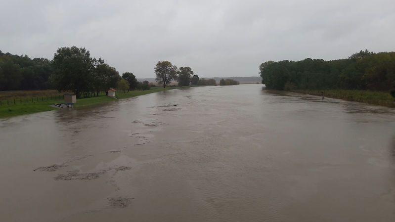 Rozvodněná Morava hrozí ve Veselí