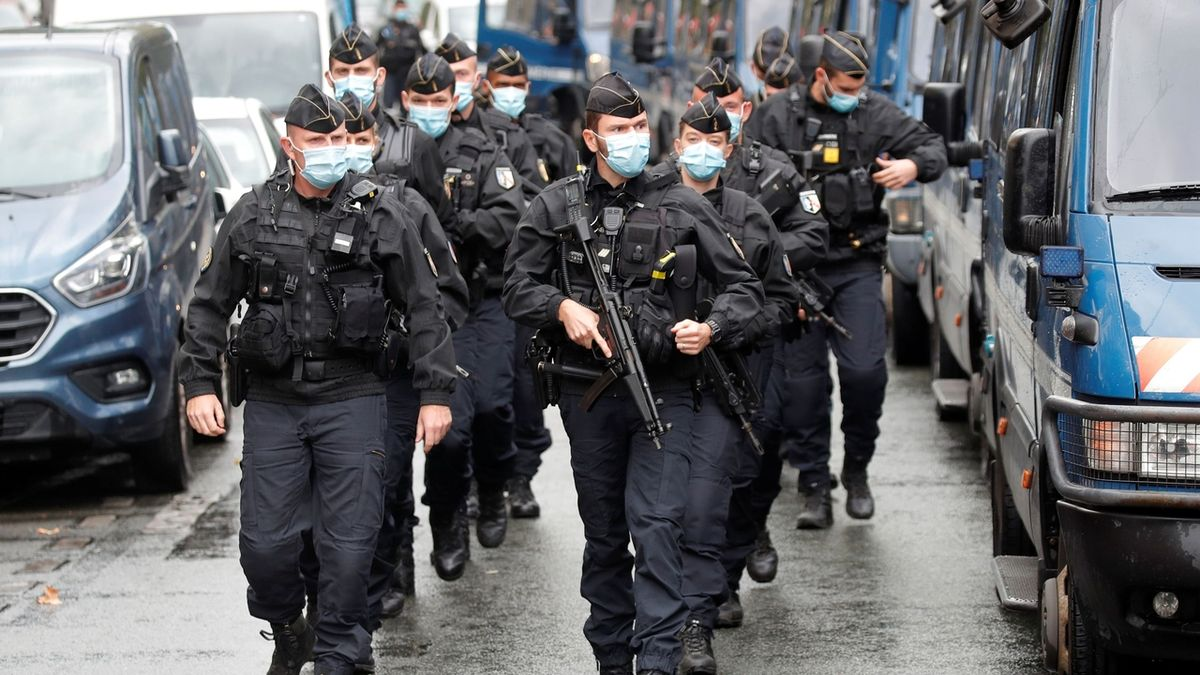 Ve Francii zatkli matku se čtyřmi dcerami, chtěly útočit na kostely