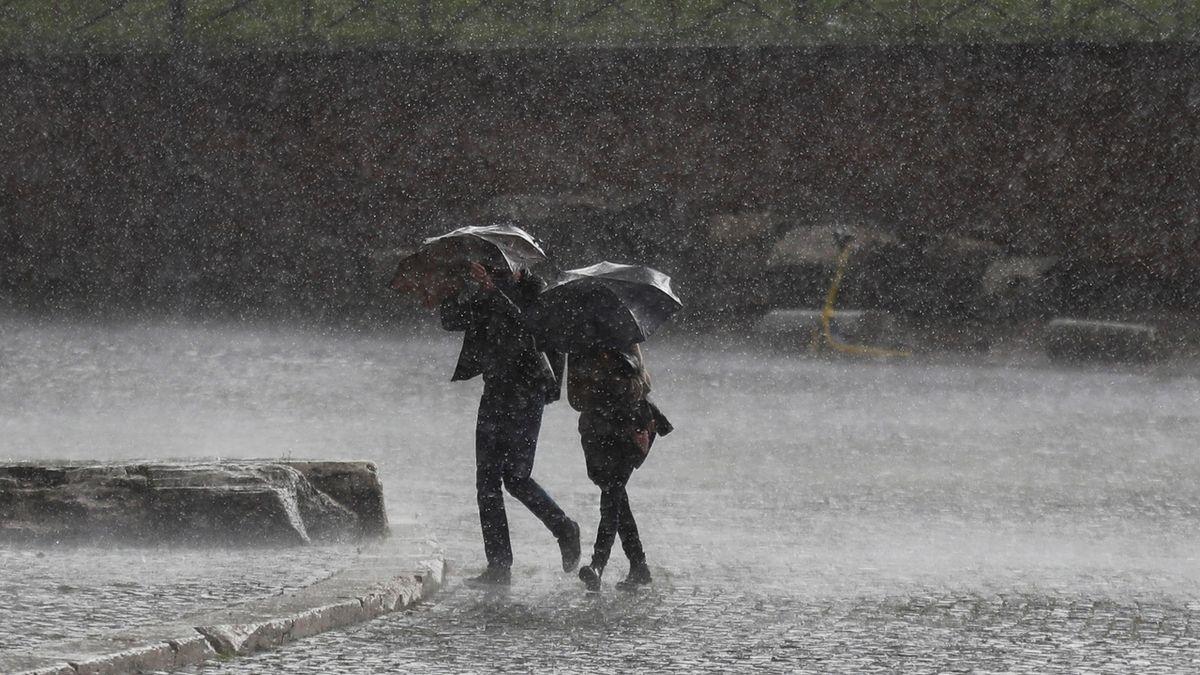 Meteorologové rozšířili výstrahu před silnými dešti a vzestupy hladin