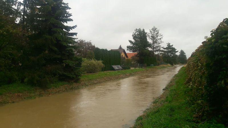 Třetí povodňový stupeň byl na Ředickém potoce během hodiny