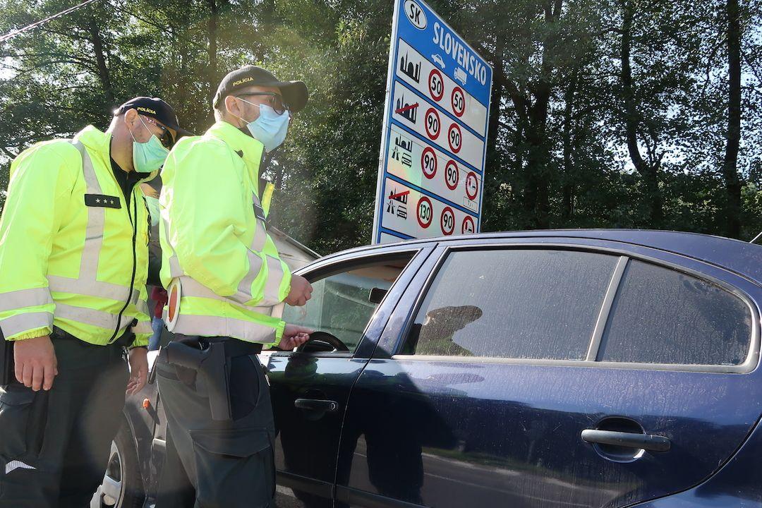 Slovenští policisté kontrolují řidiče přijíždějící na Slovensko z České republiky.